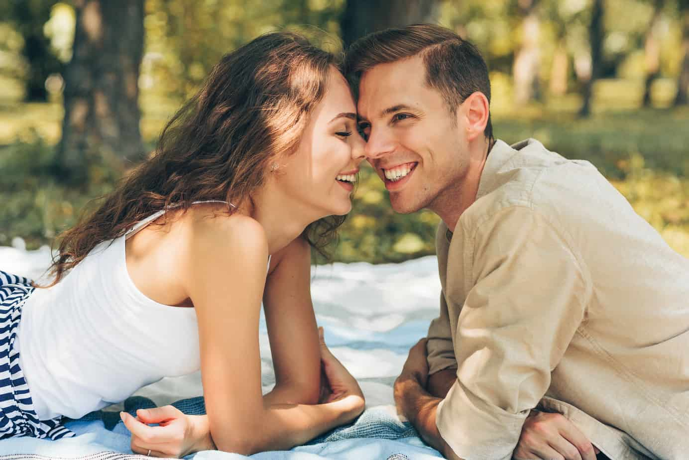 date night ideas for married couples - couple having picnic outside in grass